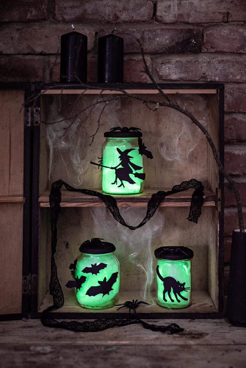 DIY Anleitung für selbst gemachte leucht Gläser mit Knicklichtern als schnelle Dekoidee für Halloween