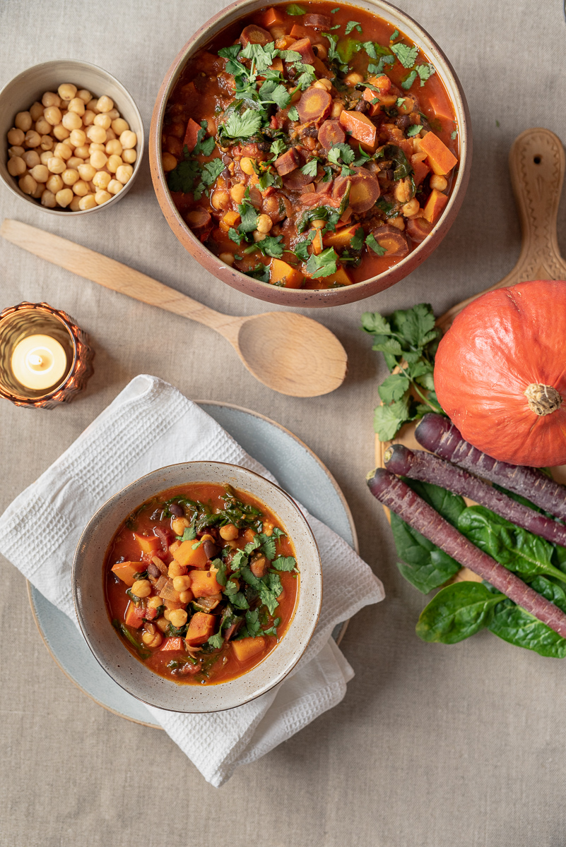 Rezept für veganen, orientalischen Gemüse Schmortopf mit Kürbis, Kichererbsen, schwarzen Bohnen und Spinat als leckerer, deftiger Eintopf für den Herbst