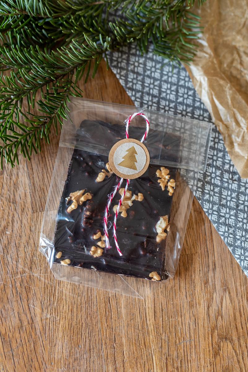 Rezept für selbst gemachte Schokolade aus Kakaobutter und Rohkakao ohne raffinierten Zucker als leckere und gesunde Nascherei zu Weihnachten mit Nüssen und Früchten