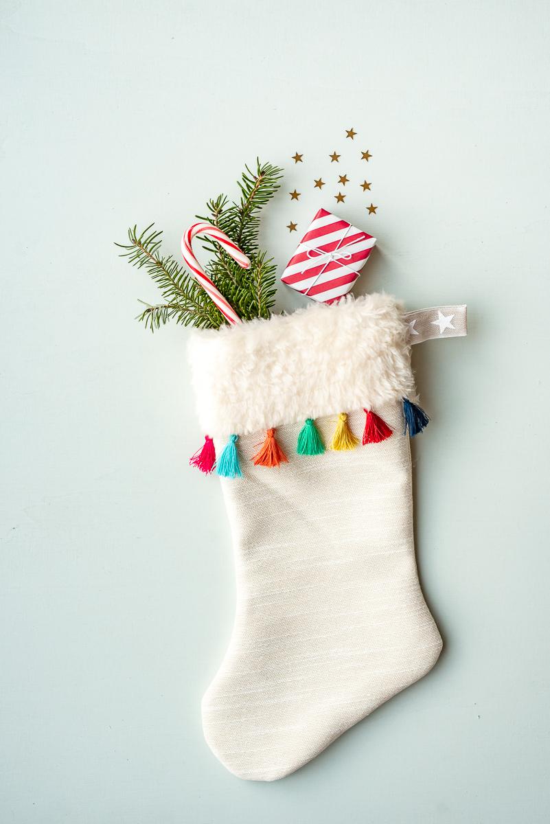 DIY Anleitung für einen selbst genähten Nikolaus Stiefel für Kinder mit kostenlosem Schnittmuster als Deko für die Weihnachtszeit im Boho Look mit Quasten und Kunstfell