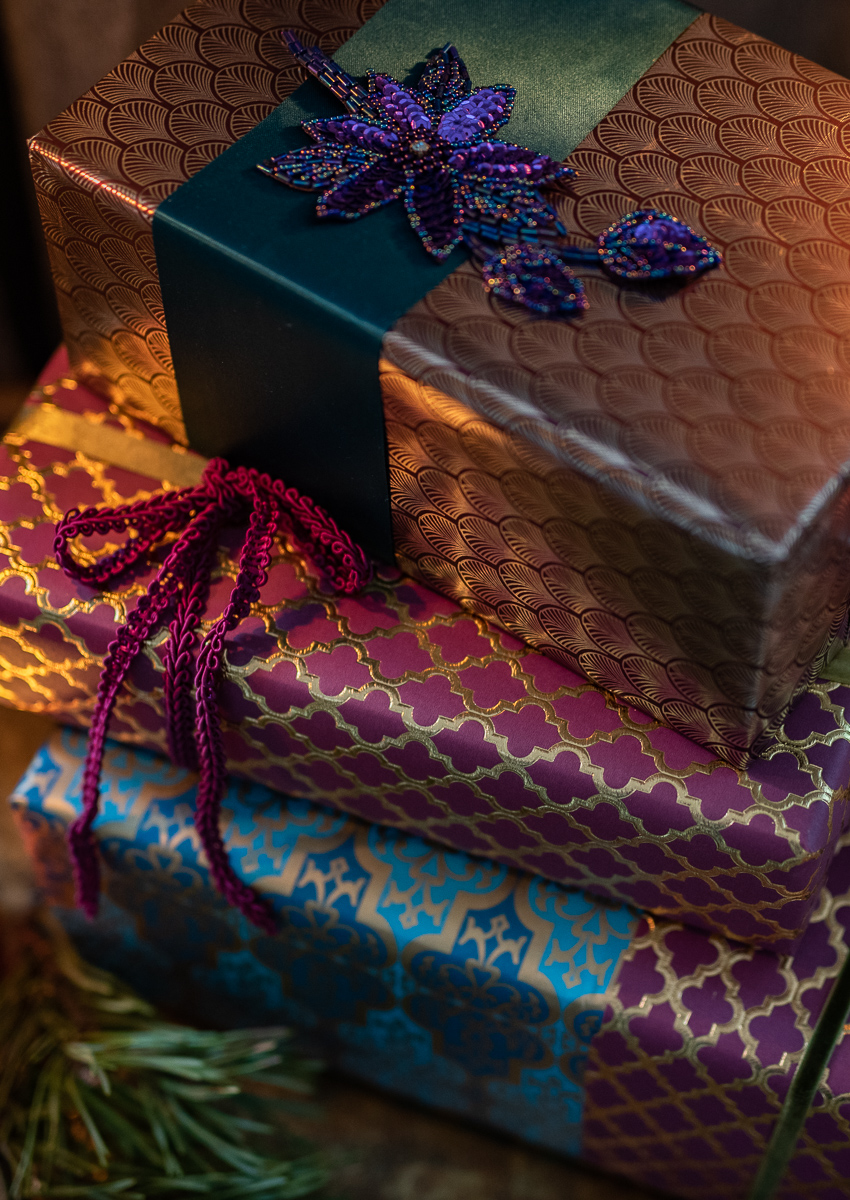 DIY Inspiration für hübsch verpackte Geschenke zu Weihnachten im glamour Look mit Geschenkpapier in Fuchsia und Gold und Bändern aus Samt