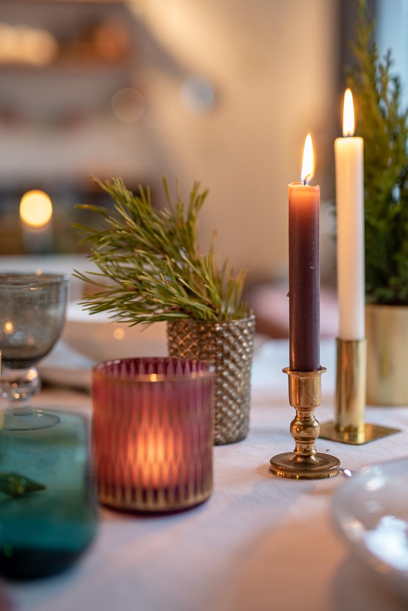 Dekoideen für die Tischdeko zu Weihnachten im Boho vintage Look mit Gold und schlichtem weißem Geschirr