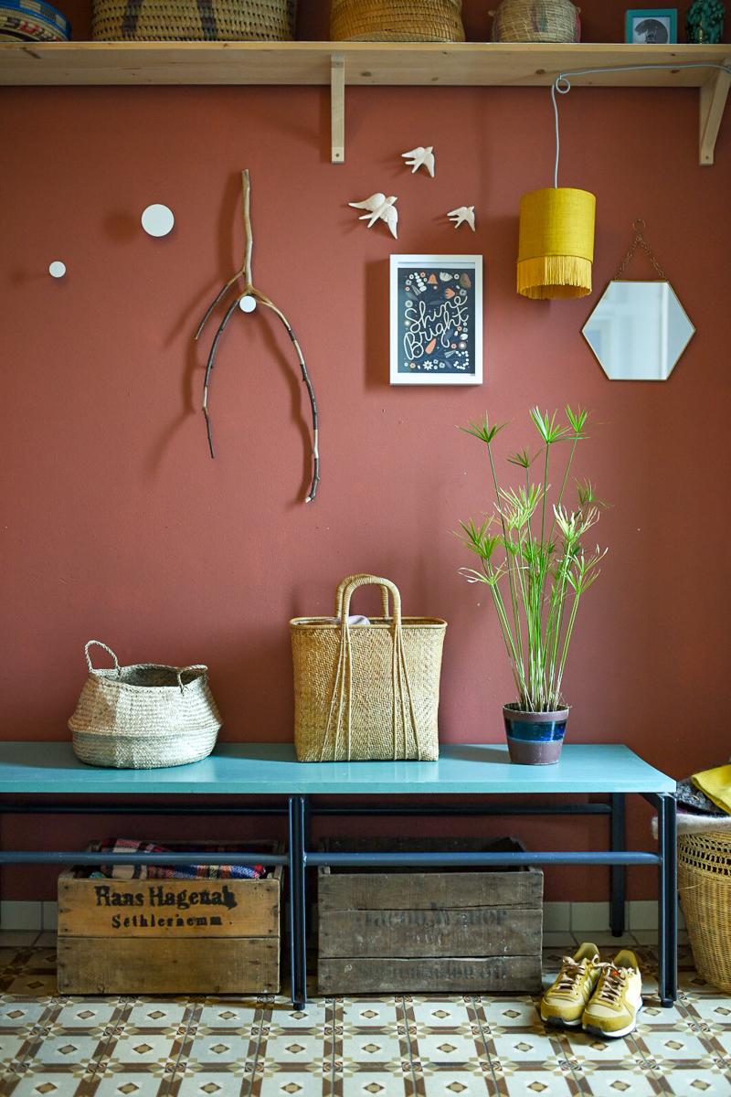 Dekoideen im Winter für das Wohnzimmer und Esszimmer in Naturfarben mit Fundstücken aus der Natur wie Steine, Zweige und Keramik Deko