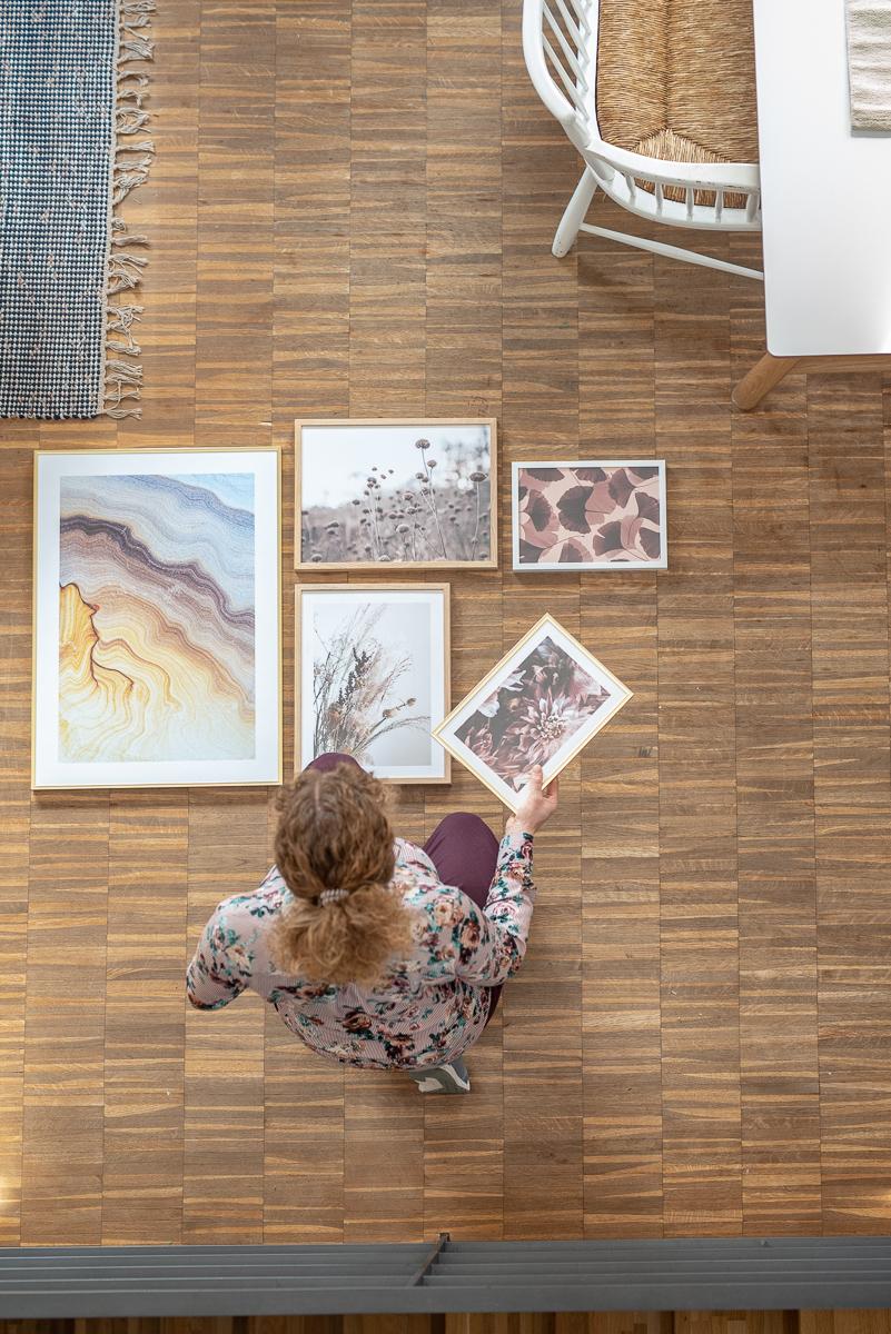 Ideen für die Wandgestaltung an auffälligen Hintergründen wie einer Backsteinwand oder gemusterten Tapete mit Bildern in Rahmen von Desenio