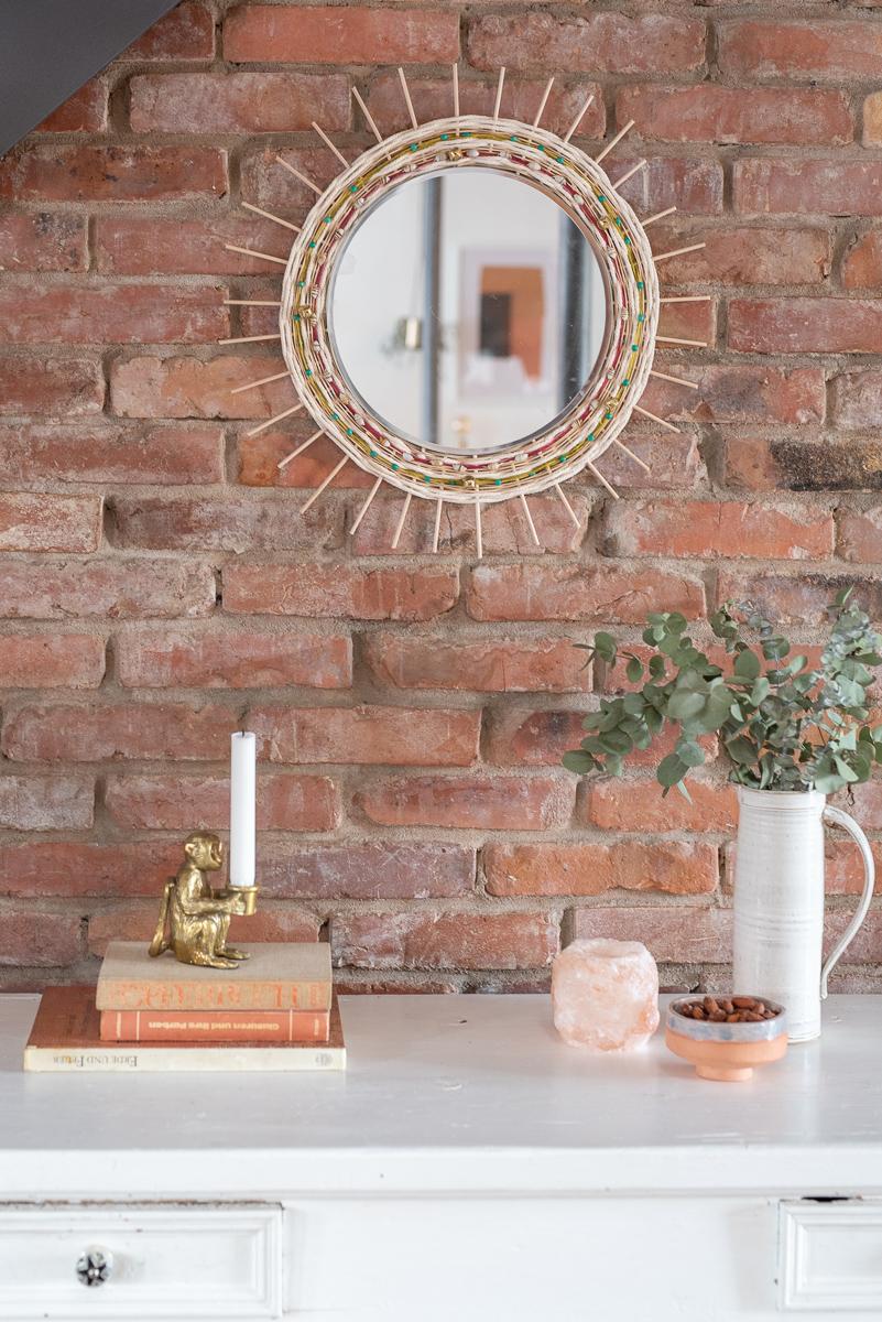 DIY Anleitung für einen runden, selbstgemachten Spiegel im Boho Look mit Holzstäben und gewebter Wolle als Deko für das Wohnzimmer