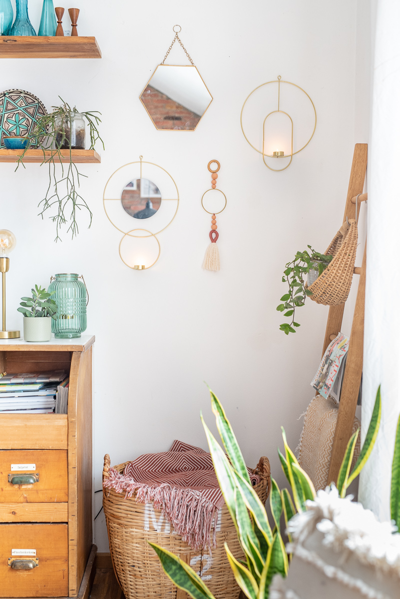 Anleitung für eine einfache, selbstgemachte Wanddeko im Boho Look mit Wolle, Perlen und Metallring als günstige, schnelle Deko für das Wohnzimmer im Boho Style