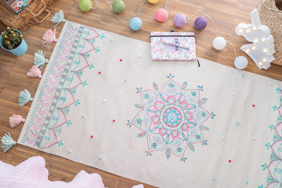 DIY Anleitung für einen im Boho Look bemalten Teppich mit Quasten und Mandala Muster als Deko für das Kinderzimmer