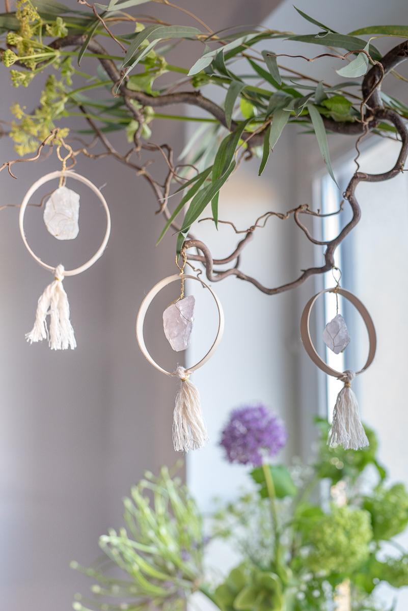Anleitung für selbstgemachte DIY Anhänger als Fensterdeko für den Frühling oder zu Oster, eine Osterdeko mit Holz, Mineralien und Edelsteinen