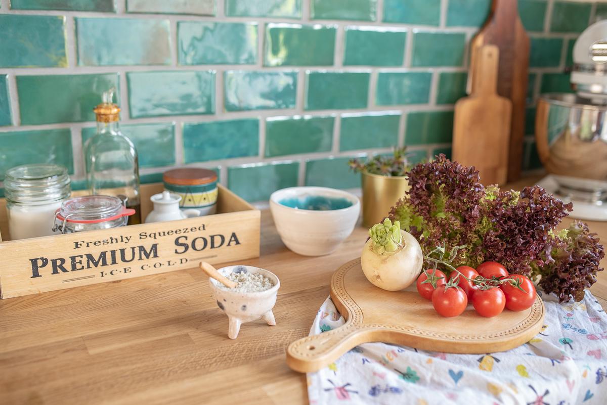 Küchen makeover mit Unterschränken von Ikea, vintage Regalen, selbst getöpferten Fliesen im Boho Look und DIY Deko Ideen