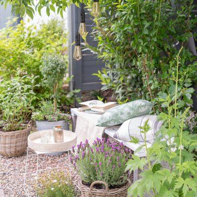 Nur etwas Farbe und ein paar Pflanzen - mein neuer Sitzplatz im Garten