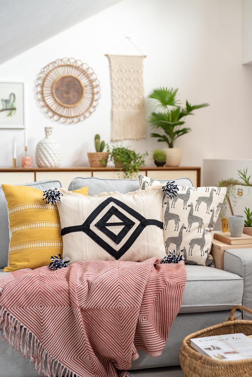 DIY Anleitung für einfache Kissen im Kelim Look aus Ikea Teppich mit Quasten als Deko für das Wohnzimmer im Boho Stil