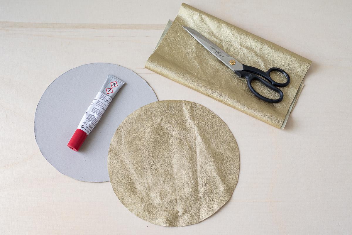 DIY Anleitung für eine stylishe Henkeltasche im scandi Boho Look aus einem Teppich von Ikea als selbst genähte Strandtasche für den Urlaub oder Shopper zum Einkaufen mit geflochtenen Henkeln und goldenem Kunstleder