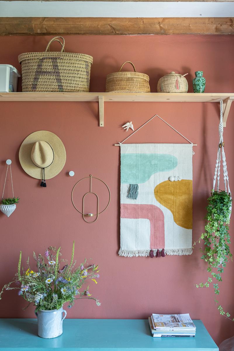 Anleitung für einen einfachen, schnellen Wanddeko Wandteppich im Boho Look mit Teppich von Ikea, Acrylfarbe und Wollrresten