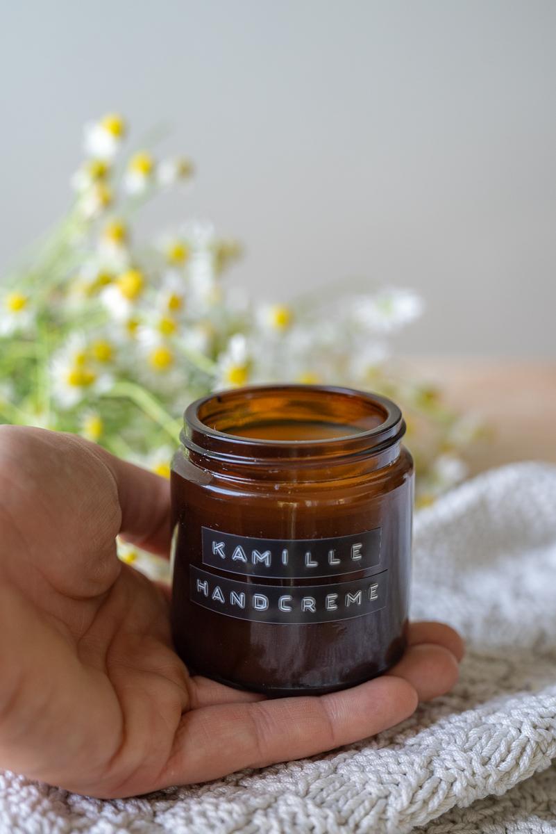 Rezept für eine einfache Handcreme mit gesammelten Kamillenblüten und Bienenwachs als selbst gemachte Naturkosmetik mit Kamille