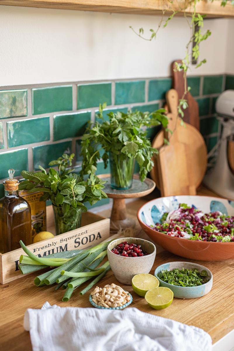 Rezept für knackigen Sommersalat mit Granatapfel, Koriander, Cashew Kernen und Limetten Dressing