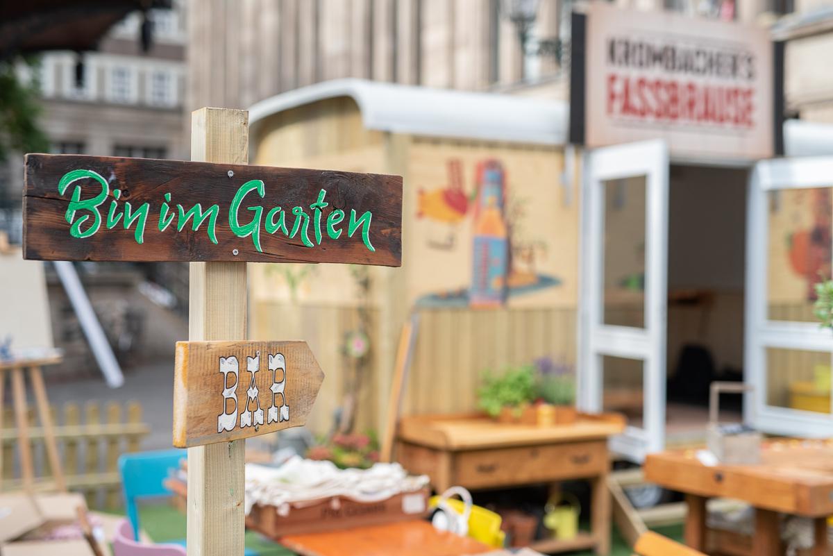 Tipps zum Pflanzen und zur Pflege für den Naschgarten auf dem Balkon mit leckeren Beeren und Salat im Topf