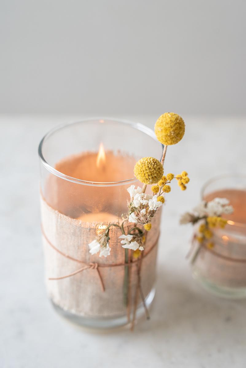 Anleitung für ein selbstgemachtes DIY Windlicht als einfache Deko mit Trockenblumen, Leinen und Lederband im scandi Boho Look