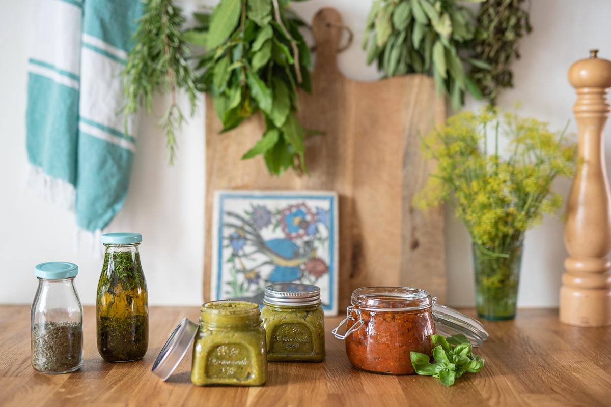 Vorbereitung für den Camping Urlaub mit selbst gemachter Gemüsepaste, italienischer Würzpaste und Kräuteröl für die Campingküche
