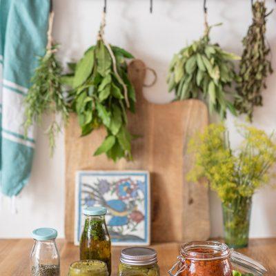 Vorbereitungen für die Campingküche: Gemüsepaste, italienische Würzpaste und Kräuteröl