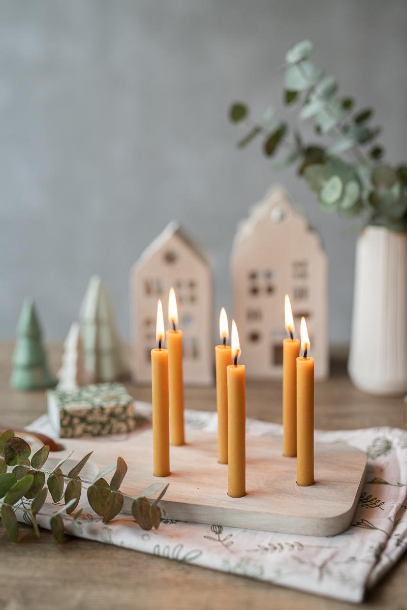 DIY Anleitung für einen einfachen , selbstgemachten Kerzenständer aus einem Holzbrett mit Baumkerzen im scandi Look als Tischdeko Kerzenbrett für Weihnachten