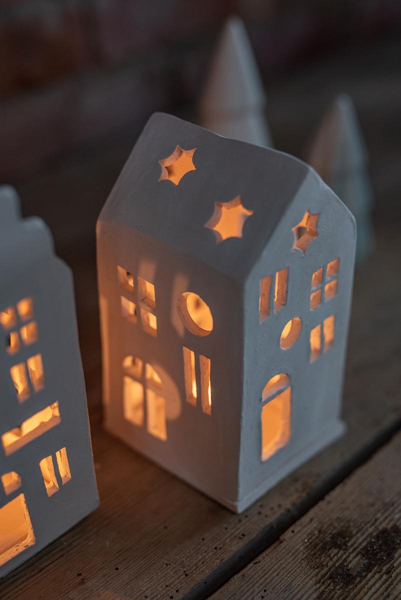 DIY Anleitung mit kostenloser Vorlage für selbst getöpferte Häuser aus Ton  als Weihnachtsdeko und Lichthäuser für den Advent