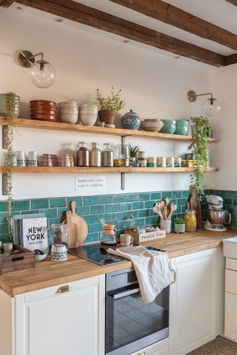 Dekoideen für die Küche im Boho vintage Look mit selbst getöpfertem Fliesenspiegel, handgetöpferter Keramik und Deko im vintage Look