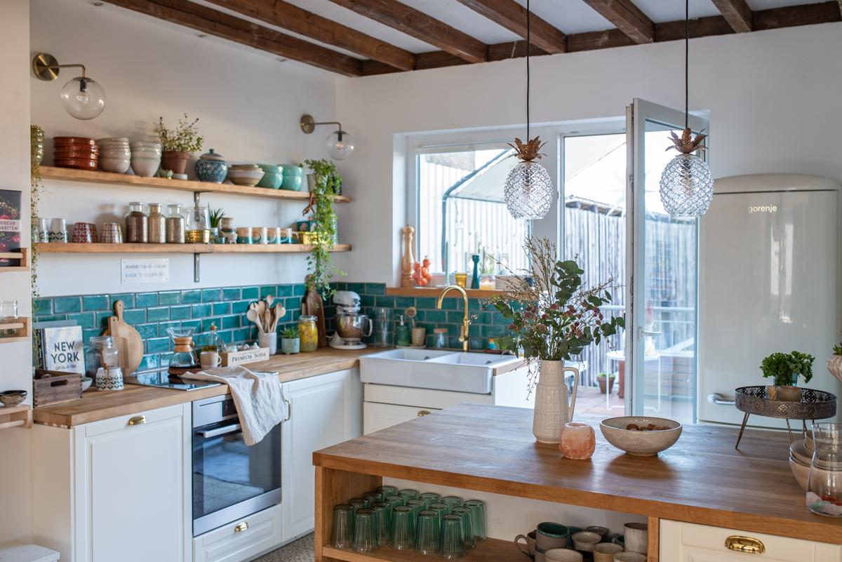Dekoideen vom Deko Blog für die Küche im Boho vintage Look mit selbst getöpfertem Fliesenspiegel, handgetöpferter Keramik und Deko im vintage Look