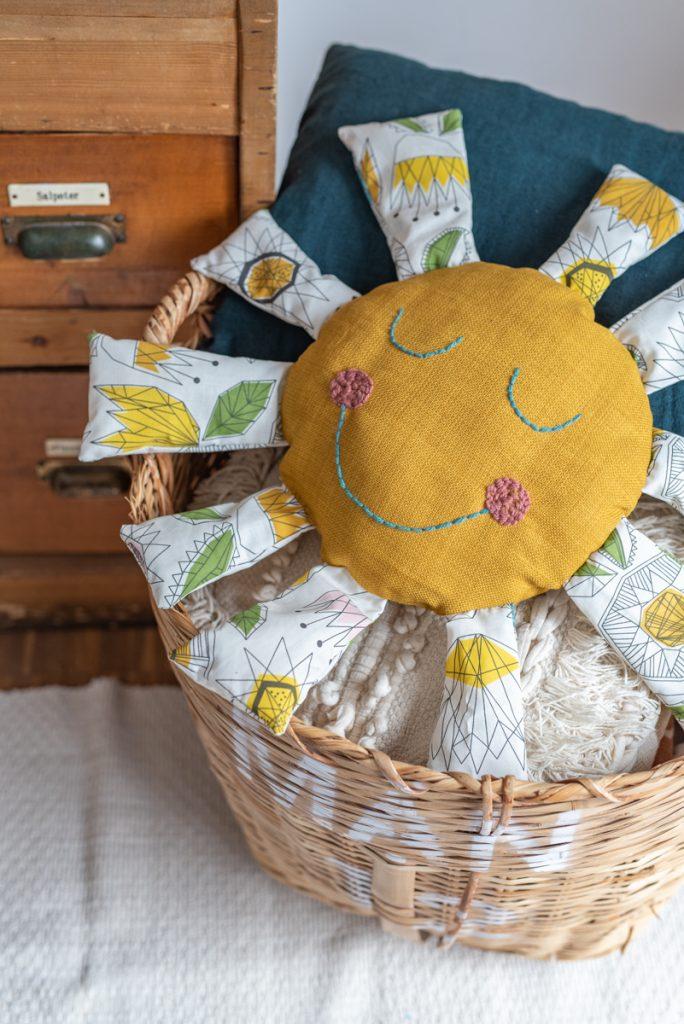 Kostenlose do it yourself Nähanleitung für ein einfaches, selbstgemachtes DIY Sonnenkissen als Geschenk für Kinder oder Deko für das Kinderzimmer vom Deko Blog Leelah loves