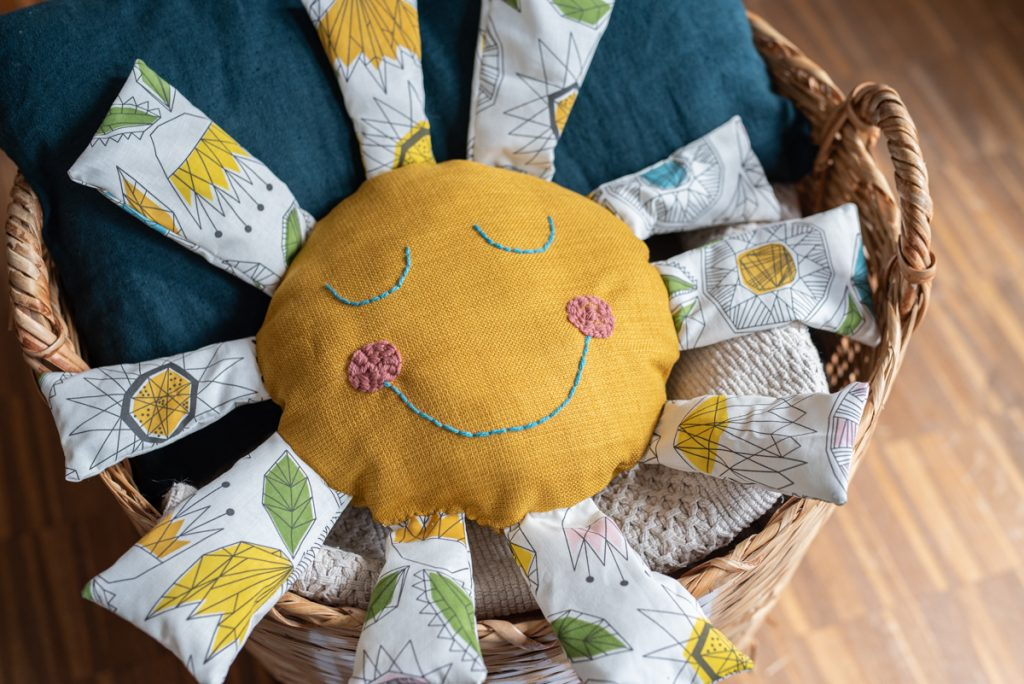 Kostenlose do it yourself Nähanleitung für ein einfaches, selbstgemachtes DIY Sonnenkissen als Geschenk für Kinder oder Deko für das Kinderzimmer vom DIY Blog Leelah loves