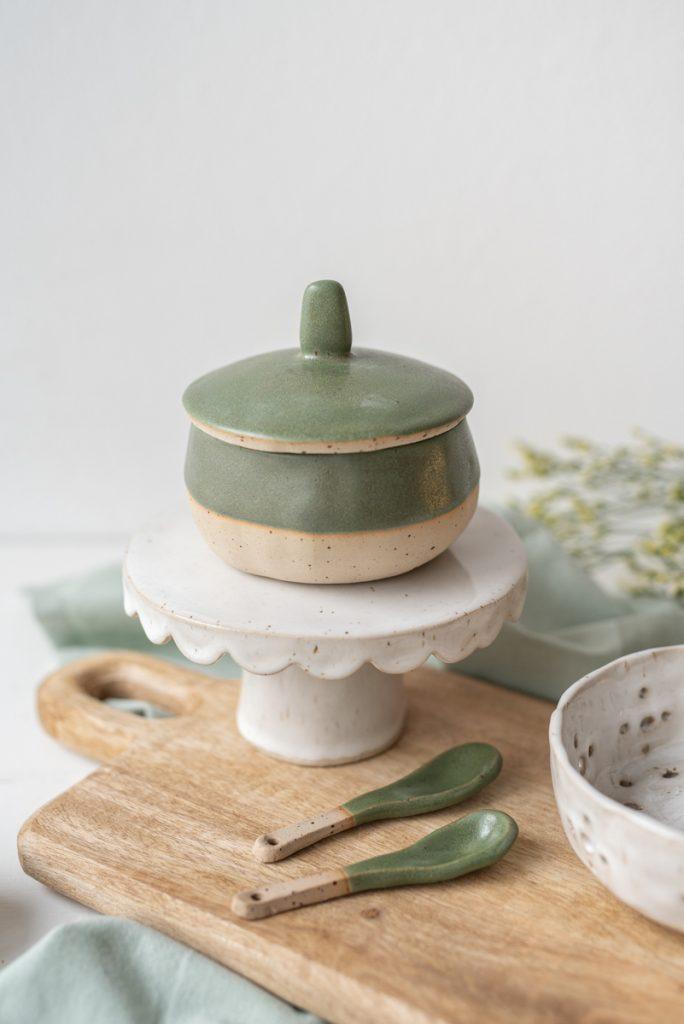Töpfer Inspiration für handgetöpferte Keramik Projekte ohne Töpferscheibe in Aufbautechnik und Plattentechnik in Naturfarben