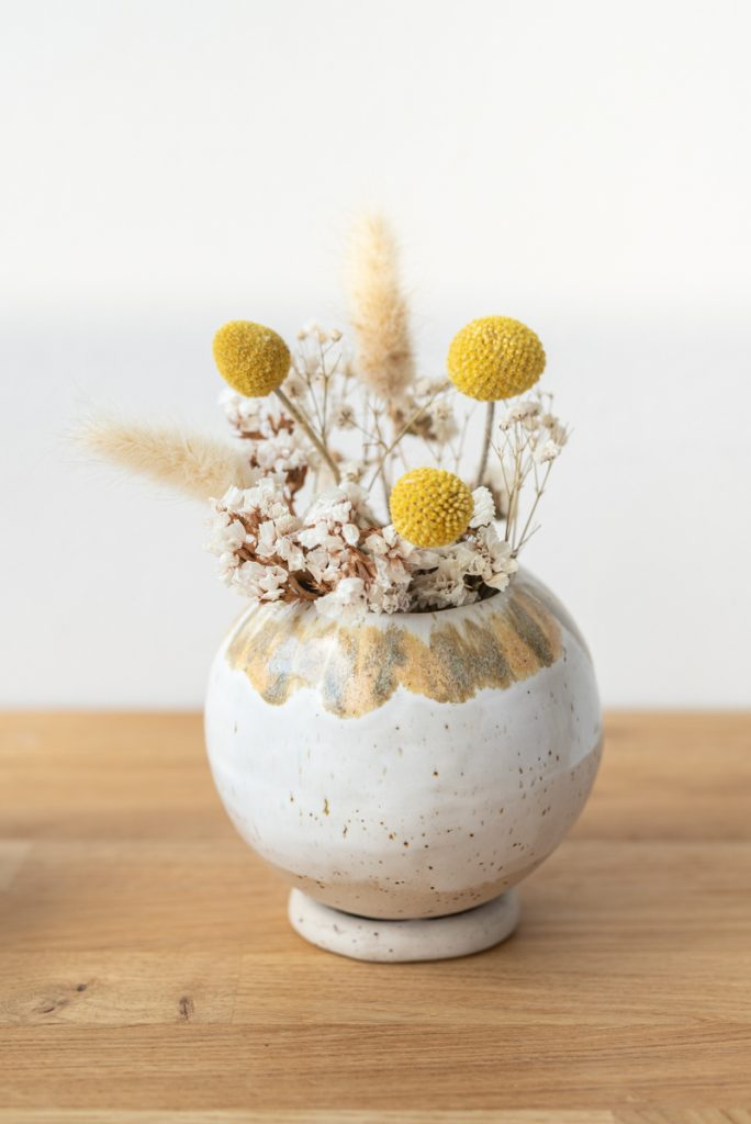 DIY Töpfer Anleitung für eine handgetöpferte Vase oder Blumentopf in Kugelform ohne Töpferscheibe für Anfänger und Fortgeschrittene als selbstgemachte Deko aus Keramik im Boho Look