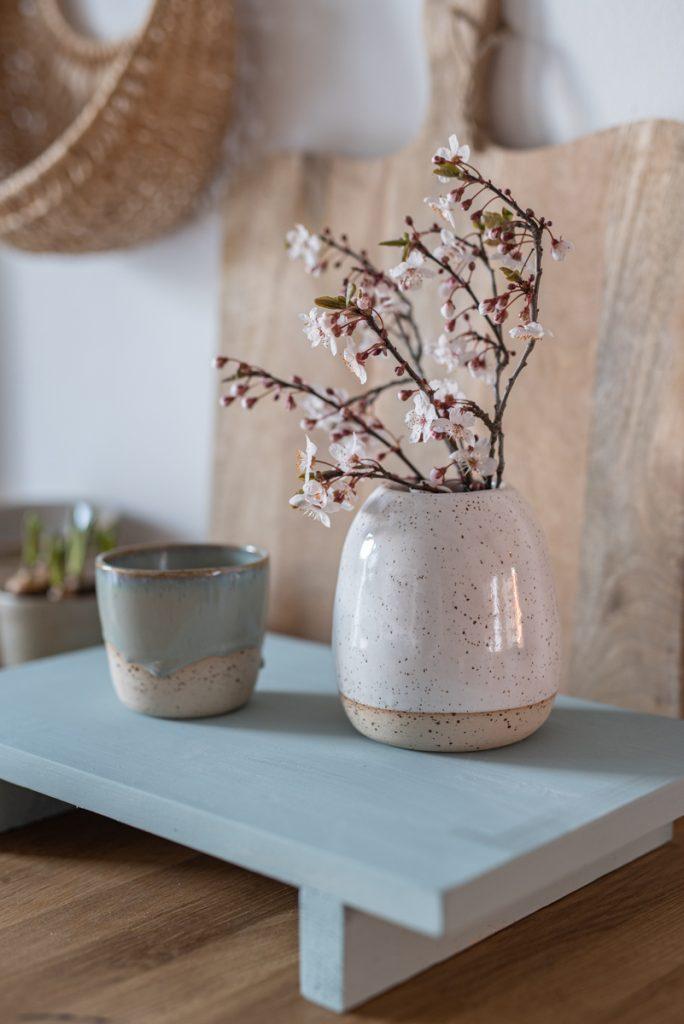 Anleitung für ein einfaches Dekotablett vom DIY Blog leelah loves aus Holzresten in Mintgrün als selbstgemachte Deko in der Küche für den Frühling