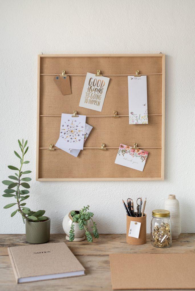Anleitung für eine selbstgemachte DIY Deko Pinnwand für das Homeoffice in Naturfarben aus Holz und Leinwand
