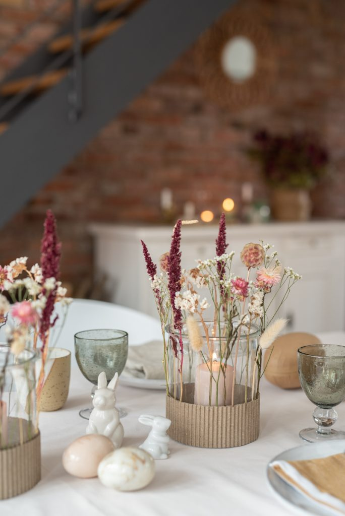 DIY Anleitung für einfache Windlichter aus Glas mit Trockenblumen im angesagten Boho Natur Look für die Tischdeko zu Ostern