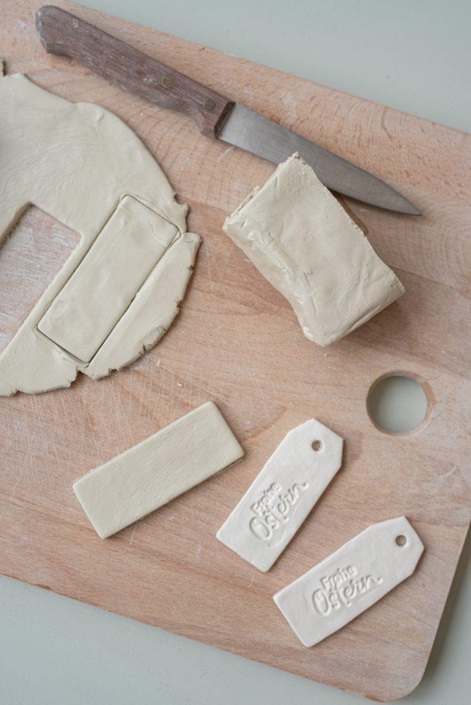 DIY Anleitung für getöpferte Anhänger aus Lufttrocknendem Ton als Osterdeko und kleines Geschenk für die Tischdeko zu Ostern