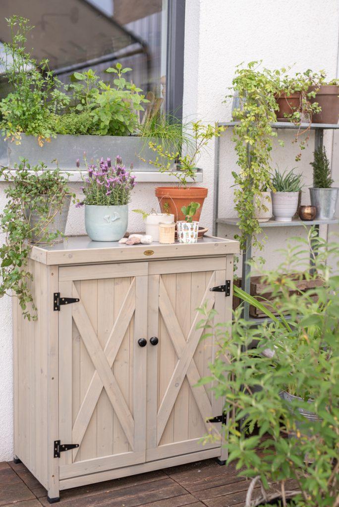 Dekoideen für die Lounge auf dem Balkon im Boho Botanik Look mit Rattan Deko, Lounge Möbeln aus Holz und Pflanzen für den Naschgarten auf dem Balkon