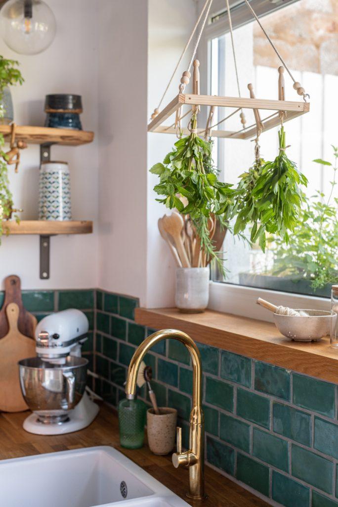 DIY Anleitung für einen selbst gebauten Holzständer zum trocknen von Kräutern in der Küche