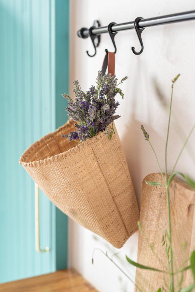 Anleitung für eine selbst gemachte Deko Korbtasche aus Raffiabast als Wanddeko für die Küche im natürlichen Boho Look