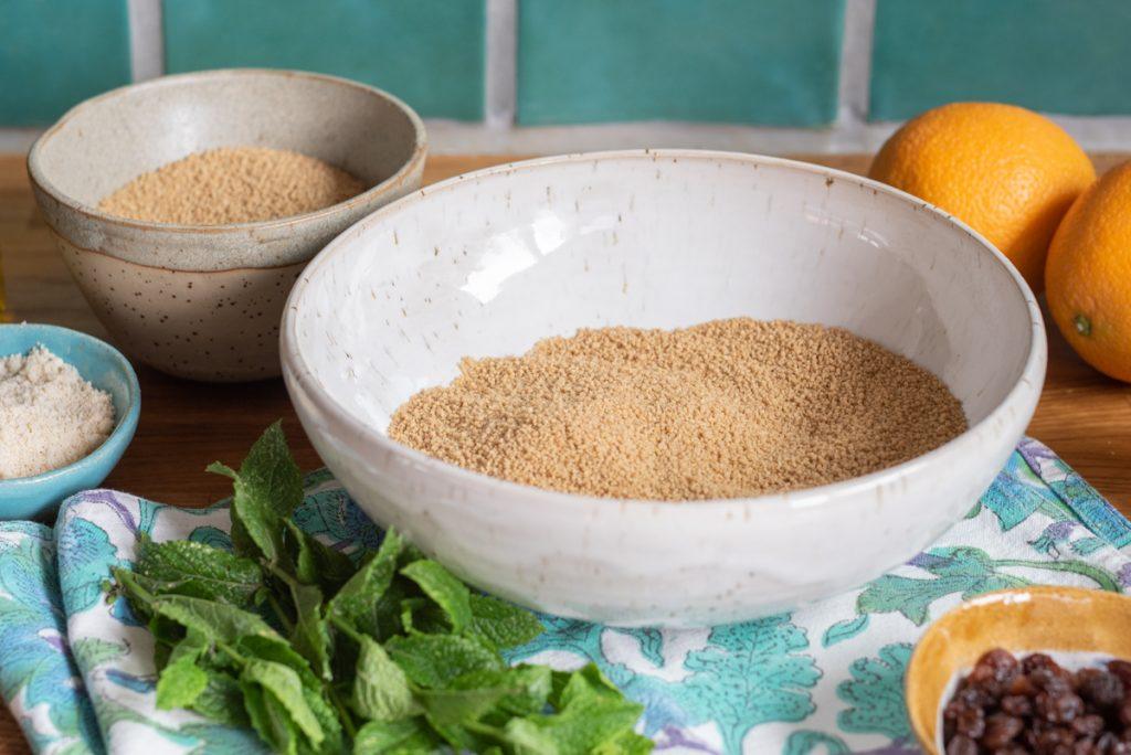 Rezept für orientalische vegane Gemüse Tajine mit Orangen Mandel Couscous als perfektes Schmorgericht für den Sommer