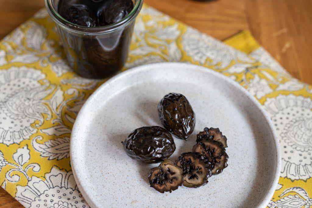 Rezept für eingelegte schwarze Nüsse als Delikatesse zu Desserts, Saucen und Käse mit unreifen Walnüssen