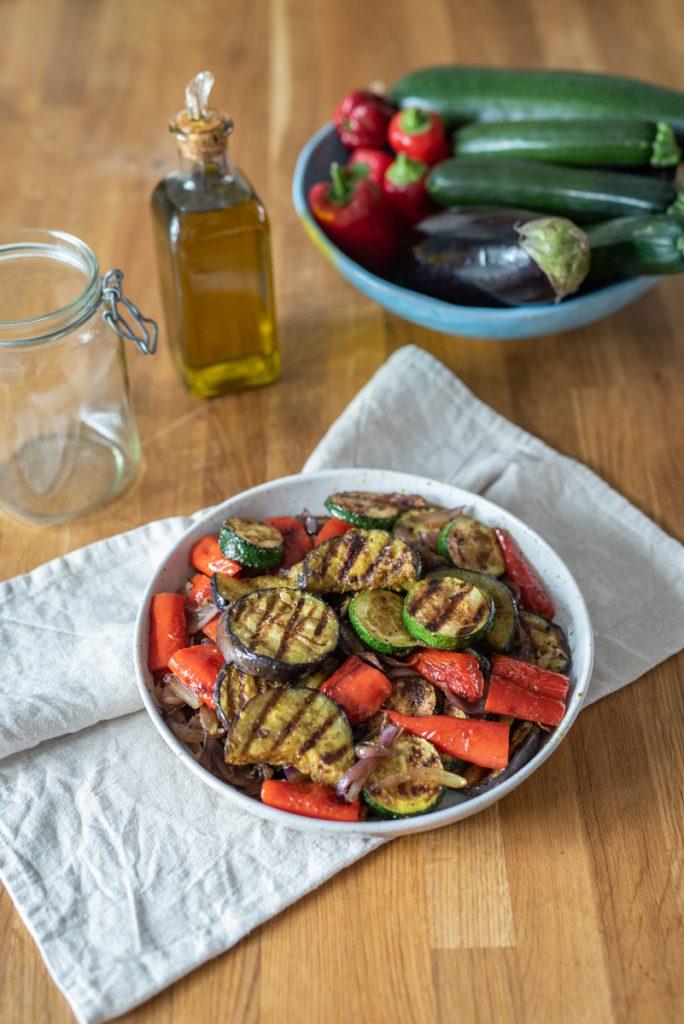 Rezept für in Olivenöl eingelegtes Curry Grillgemüse mit Zucchini, Paprik und Aubergine als sommerliche Vorspeise und Beilage zum Grillen mit orientalischer Note