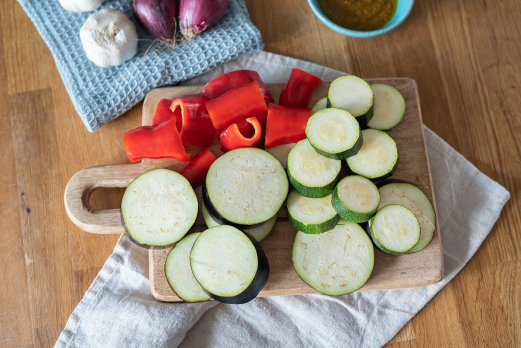 Rezept für in Olivenöl eingelegtes Curry Grillgemüse mit Zucchini, Paprik und Aubergine als sommerliche Vorspeise und Beilage zum Grillen mit orientalischer Note aus dem Hochbeet