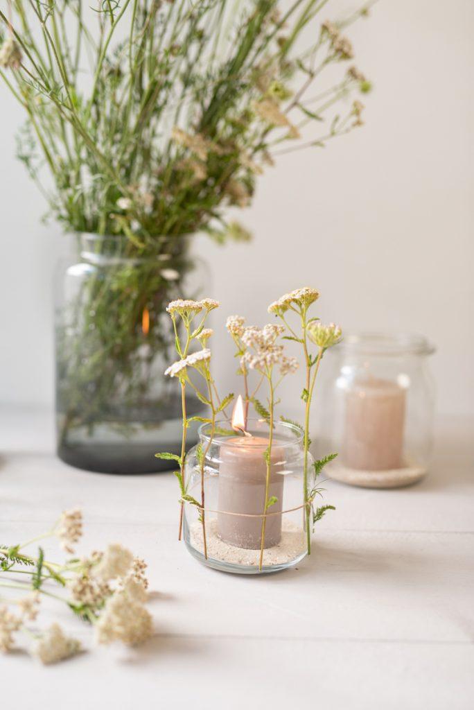 DIY Inspiration für schnelle Windlichter mit Schafgarbe aus Einmachgläsern für die Gartenparty und das Sommerfest im Garten mit Wiesenblumen