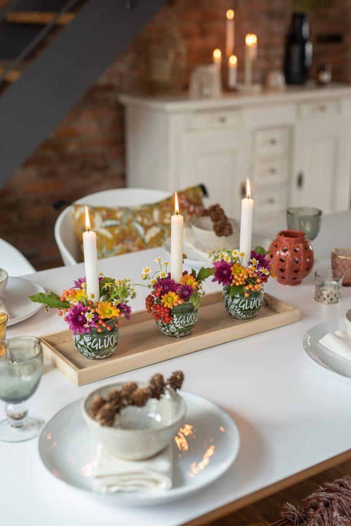 DIY Anleitung für einfache upcycling Blumengestecke im Glas mit Blumen und Kerzen als Tischdeko für den Herbst