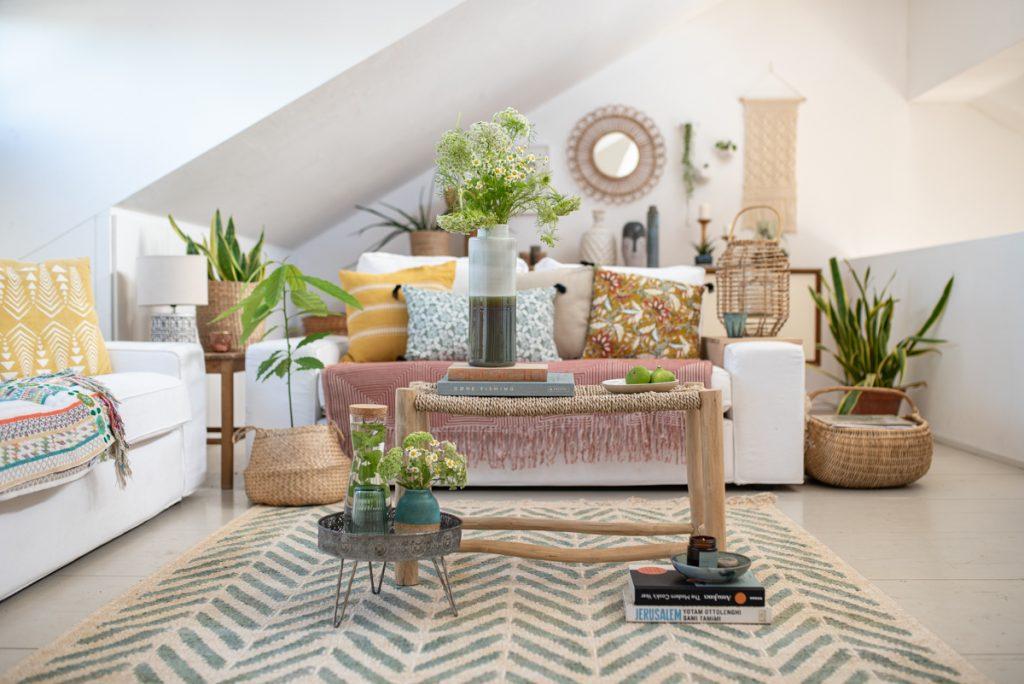 Dekoideen für das Wohnzimmer im Boho Look mit Kissen in Senfgelb und Terrakotta, Deko aus Rattan und Korb und einem Juteteppich von green looop