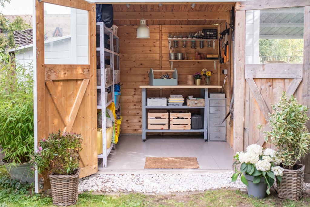 Gartenprojekte: endlich Ordnung im Gartenschuppen mit Beleuchtung, Aufbewahrung für Werkzeug mit der DIY Werkzeukkiste aus Holz und Werkbank für Projekte im Garten