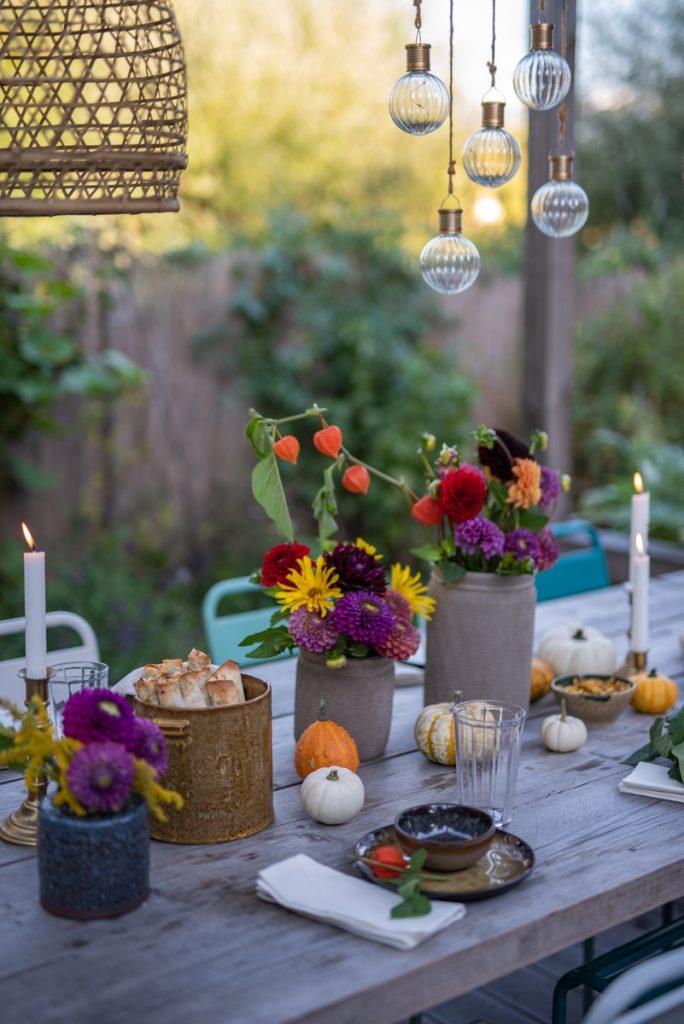 Dekoideen für eine herbstliche Tischdeko im Garten im Herbst mit Dahlien und Kürbis Rezepte für das Herbstfest