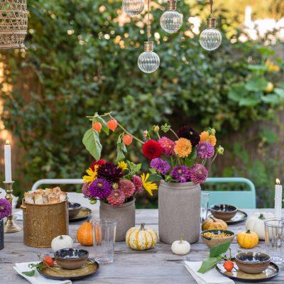 Herbstliche Tischdeko im Garten und Rezept für Kürbis Rollen