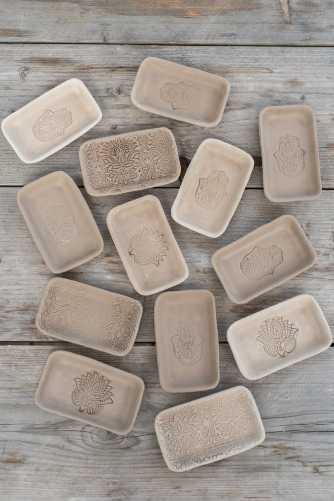 Töpfer Tipps zur Arbeit mit Stempeln und zum Trocknen von Anhängern und flachen Stücken aus Ton
