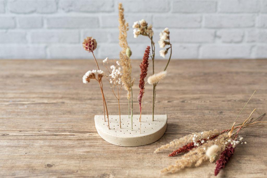 Töpferanleitung für eine selbst getöpferte DIY Deko Schale und Flowergram Ständer für Trockenblumen aus Ton in Plattentechnik